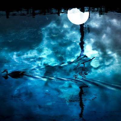 「湖面の満月(フォトモンタージュ)」の写真素材