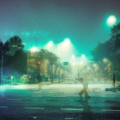 「徘徊する人と深夜の街(フォトモンタージュ)」の写真素材
