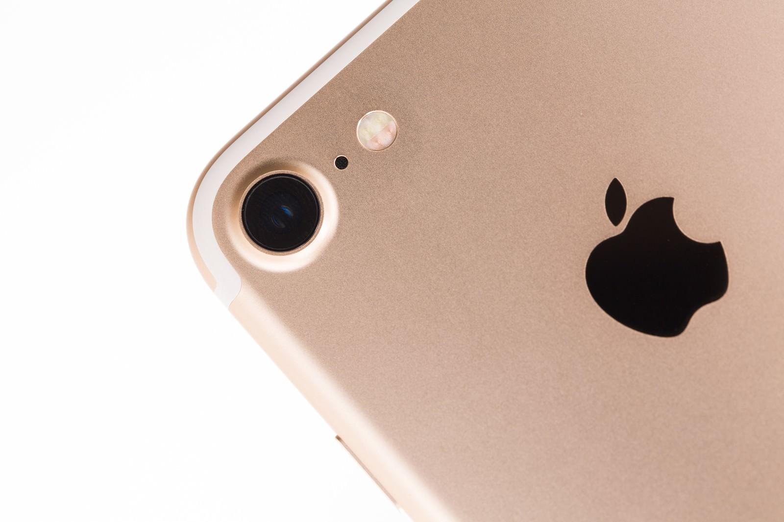 「美しいディテールのスマートフォン(ゴールドモデル)」の写真