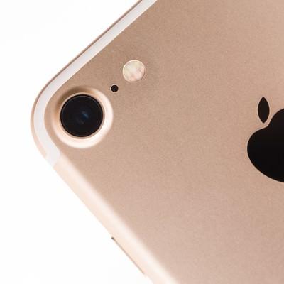 美しいディテールのスマートフォン(ゴールドモデル)の写真
