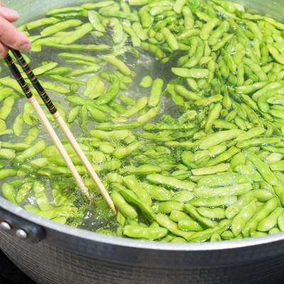 大鍋で枝豆を茹でるの写真
