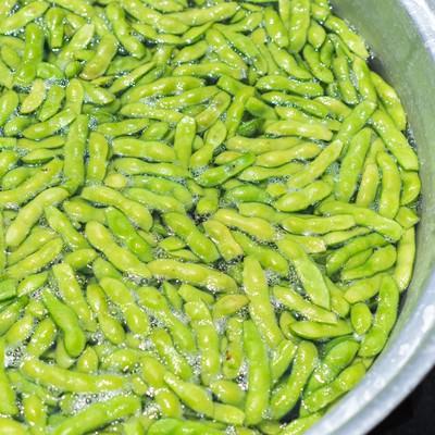 「鍋で茹でた枝豆」の写真素材