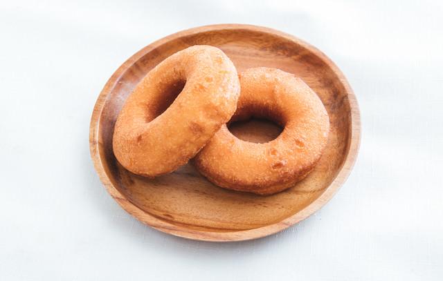 おぼんに乗ったドーナッツの写真