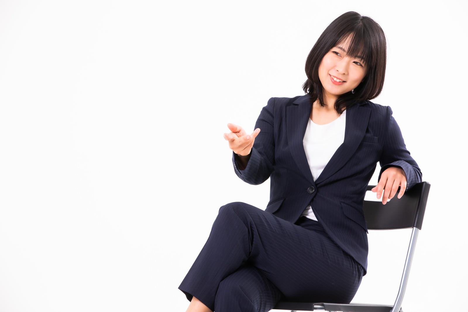 「ざっくばらんに話し出す女性社員」の写真[モデル:にゃるる]
