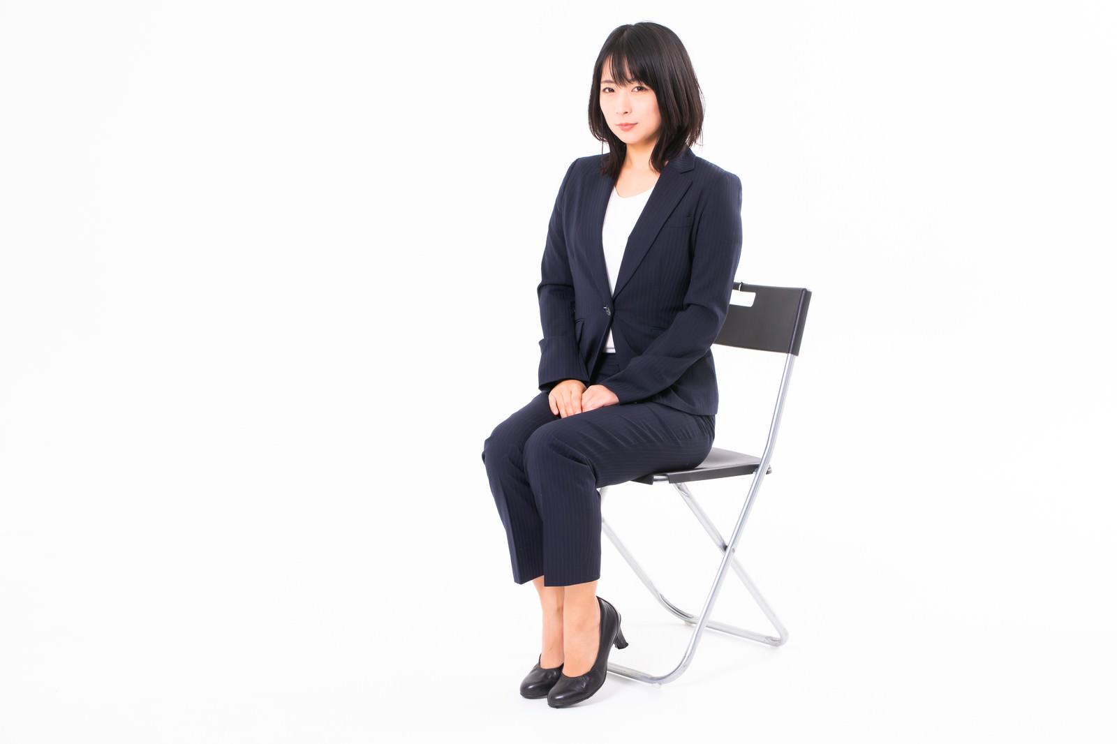 「椅子に座る受付の女性会社員」の写真[モデル:にゃるる]