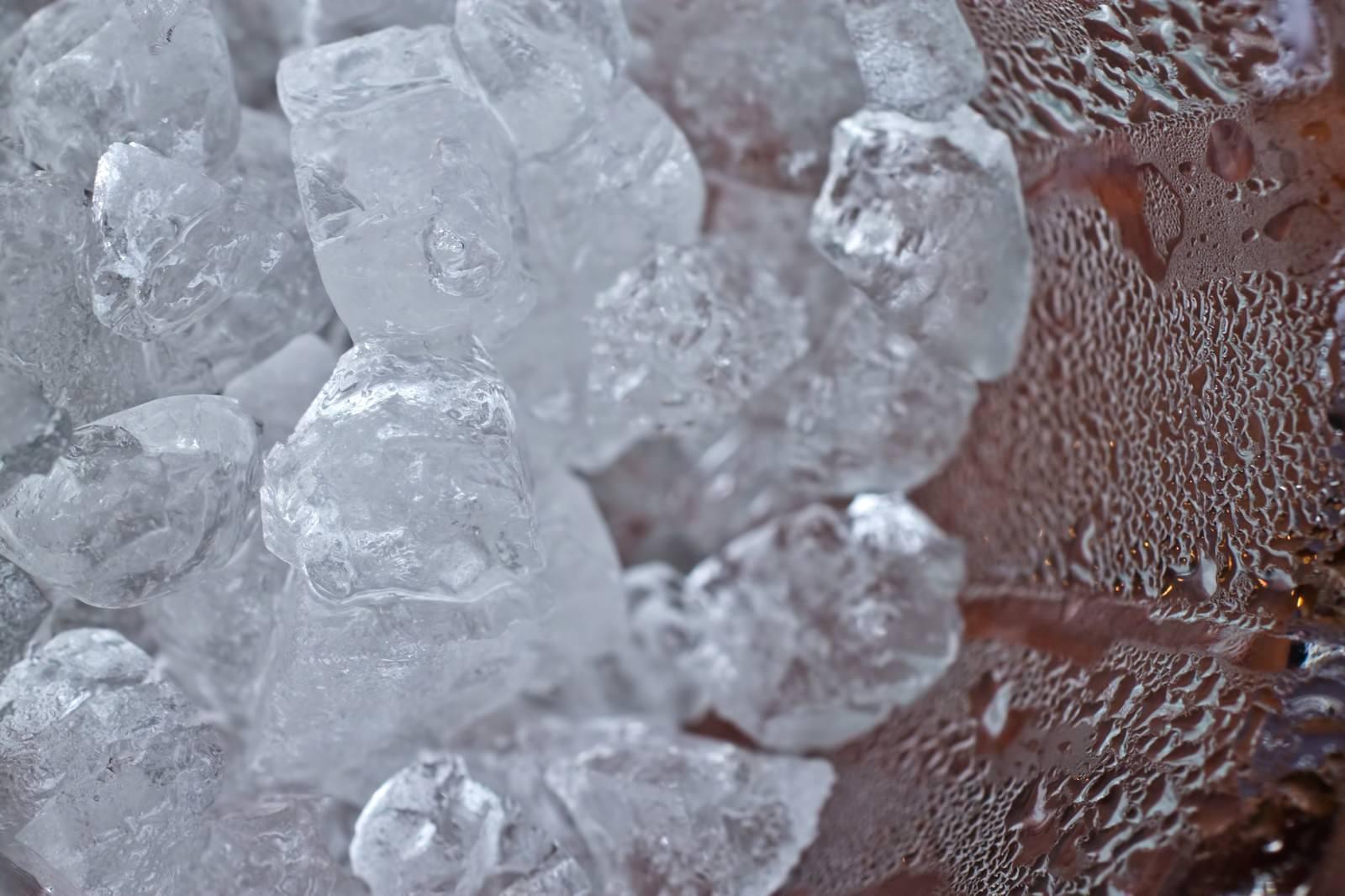 「グラスの中の氷と水滴」の写真
