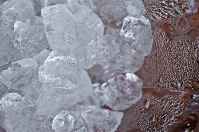 グラスの中の氷と水滴の写真