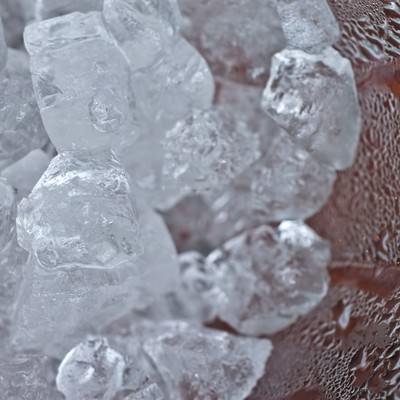 「グラスの中の氷と水滴」の写真素材