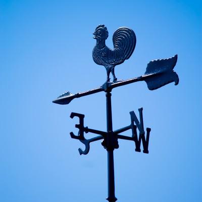 「屋根上の風見鶏」の写真素材