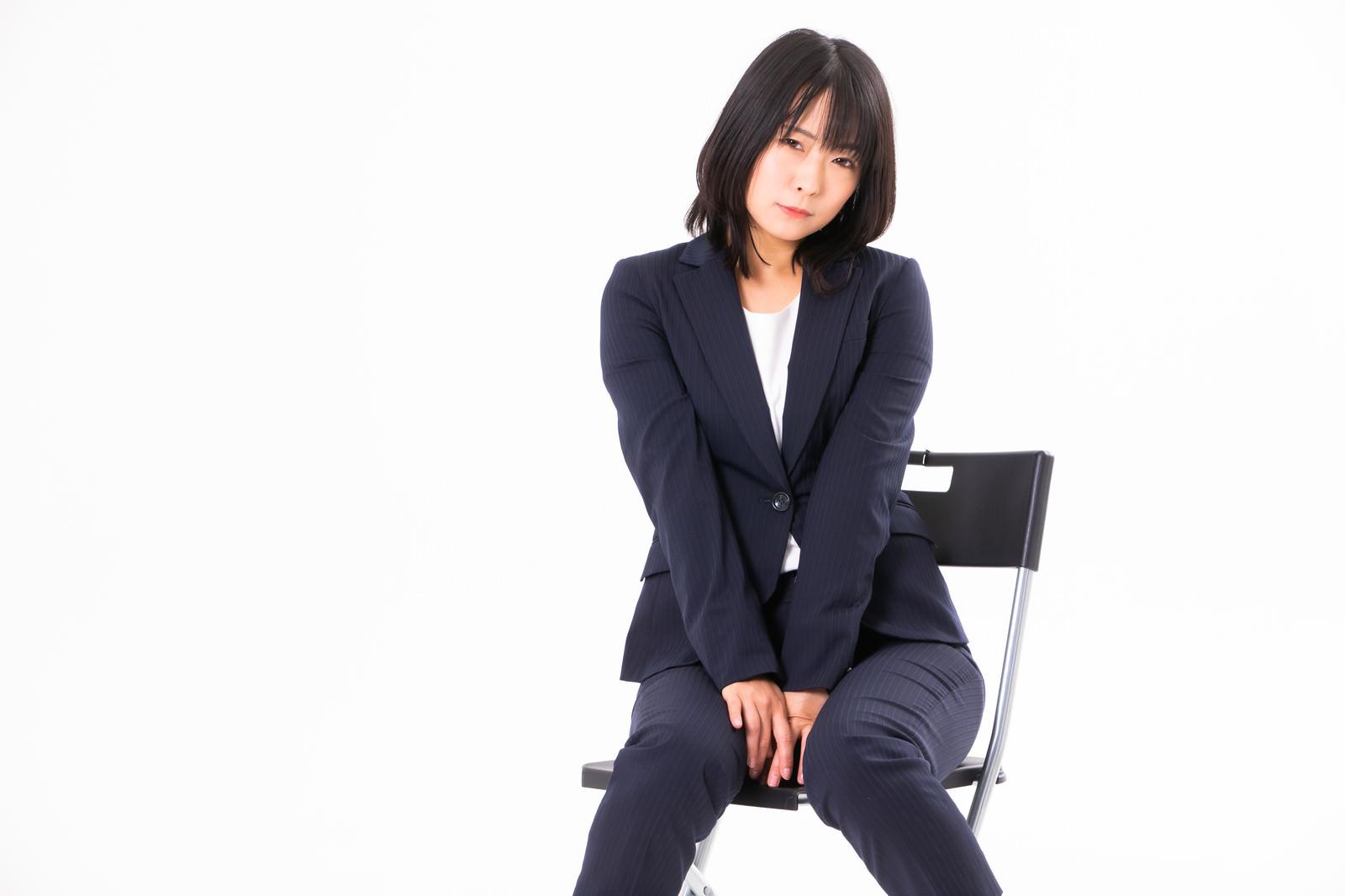 「文字文字する女性社員」の写真[モデル:にゃるる]