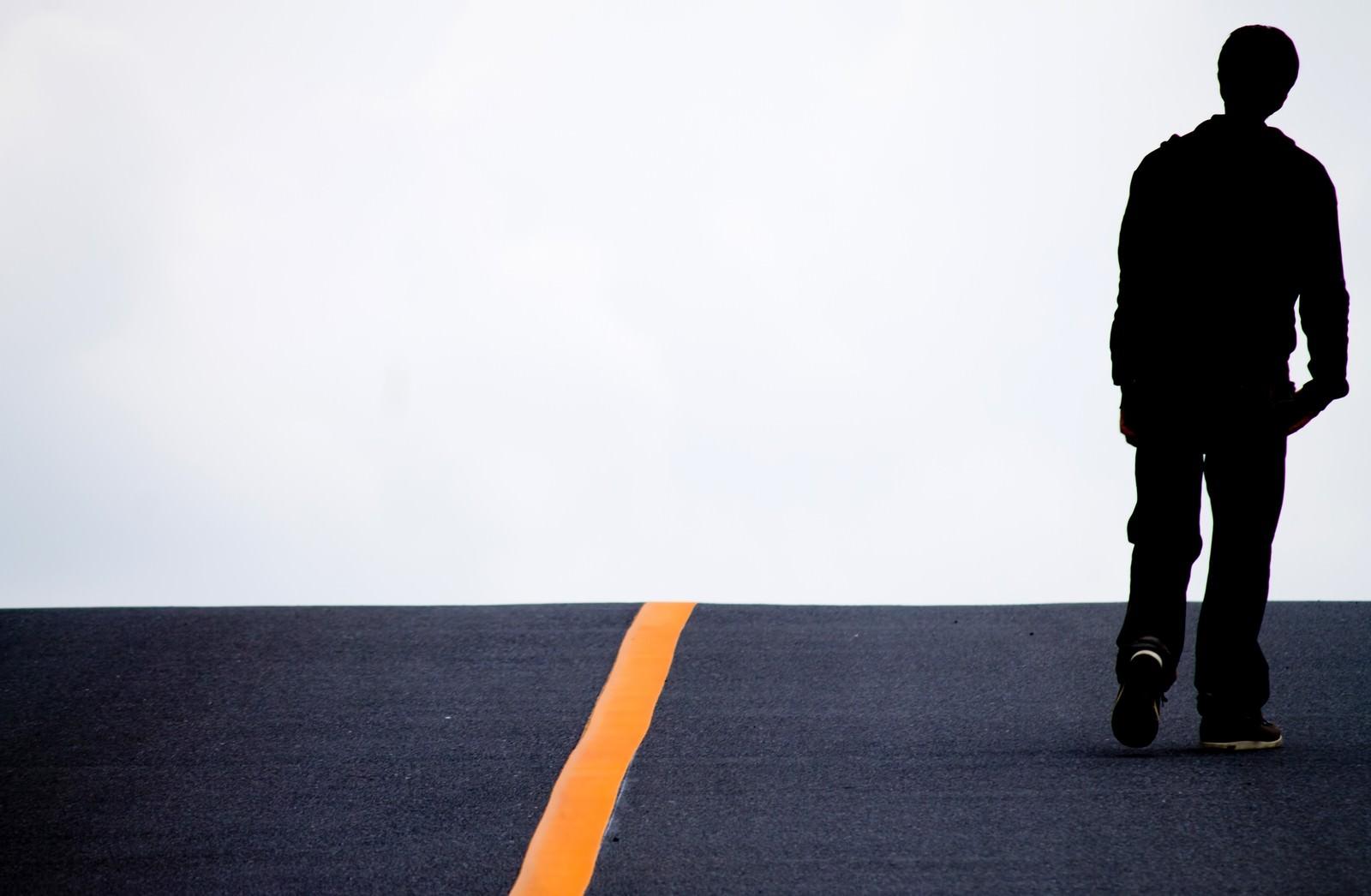 「アスファルトを歩く男性アスファルトを歩く男性」のフリー写真素材を拡大