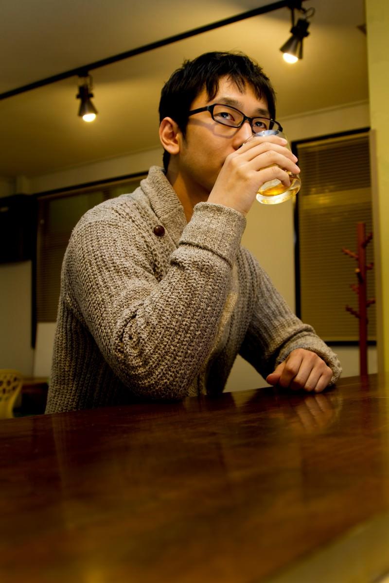 「バーでグラスを持つデザイナー」の写真[モデル:大川竜弥]
