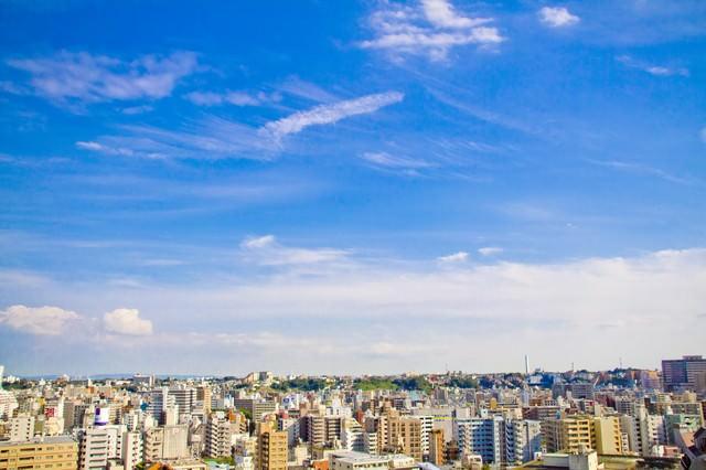 街並と青空を見渡すの写真