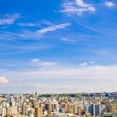 「街並と青空を見渡す」の写真素材