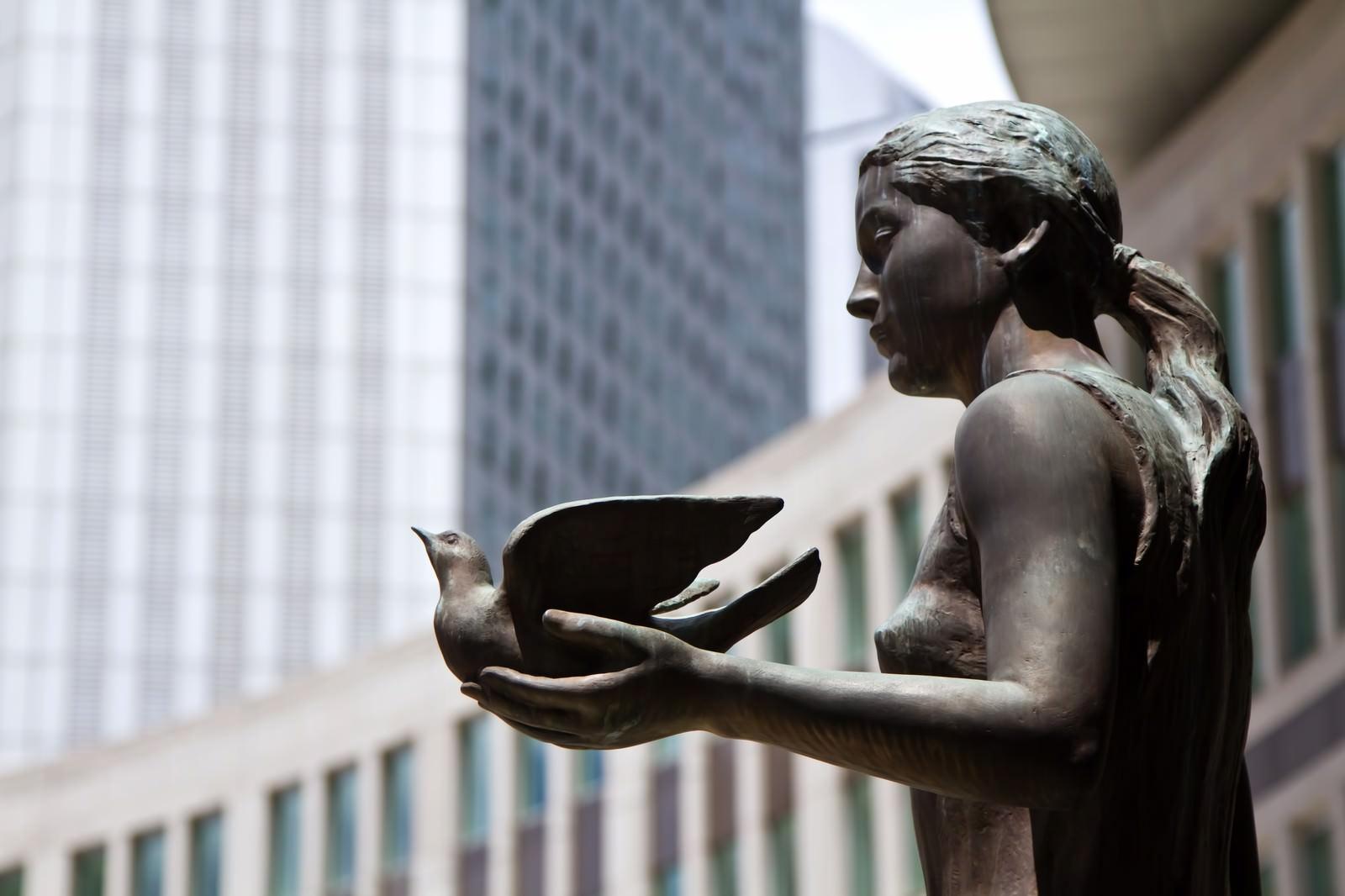 「鳩を持つブロンズ像」の写真