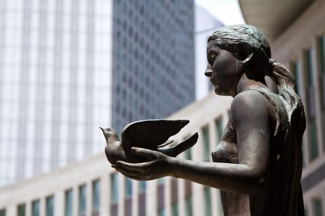 鳩を持つブロンズ像の写真