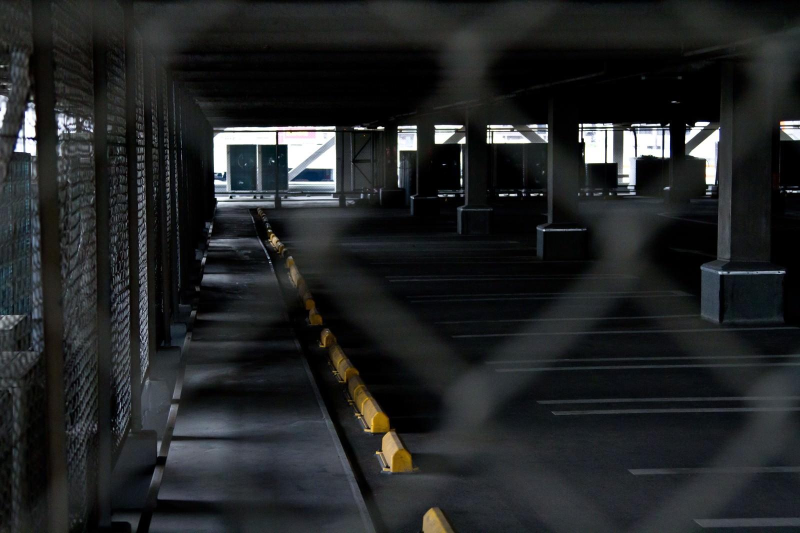 「金網と誰もいない駐車場」の写真