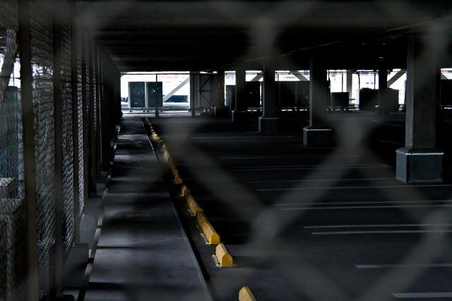 金網と誰もいない駐車場の写真