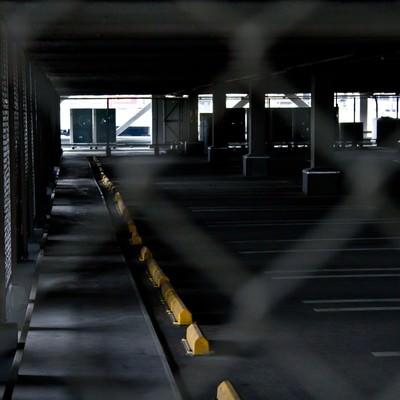 「金網と誰もいない駐車場」の写真素材