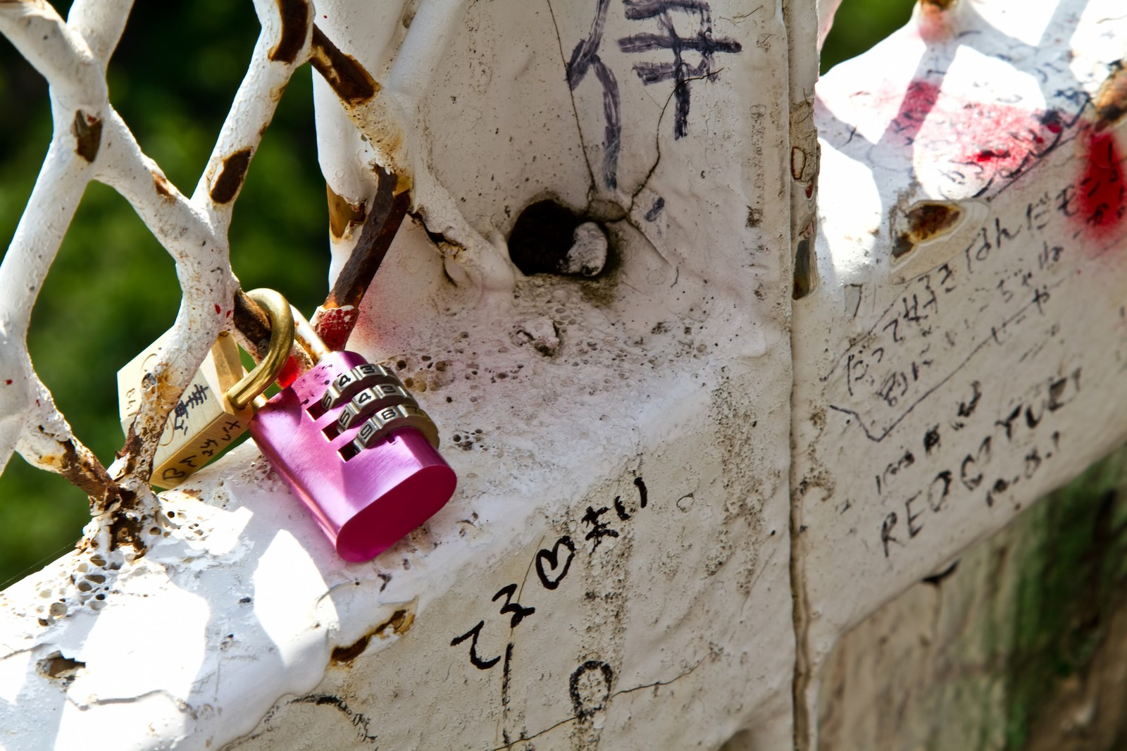「恋人たちの落書きと南京錠」の写真