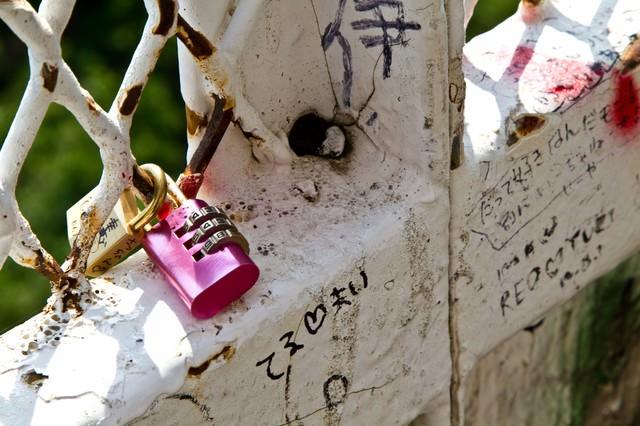 恋人たちの落書きと南京錠の写真