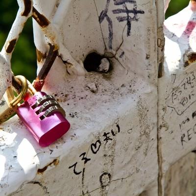 「恋人たちの落書きと南京錠」の写真素材
