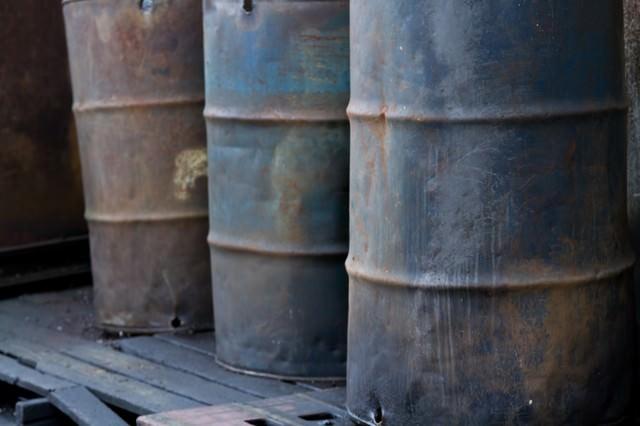 工場にある汚れたドラム缶の写真