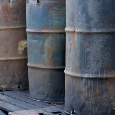 「工場にある汚れたドラム缶」の写真素材