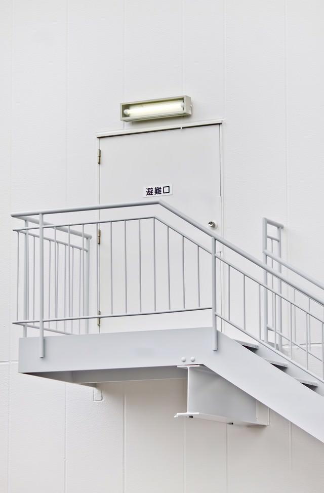 真っ白な避難口と階段の写真