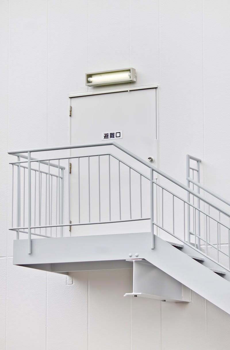 「真っ白な避難口と階段」の写真