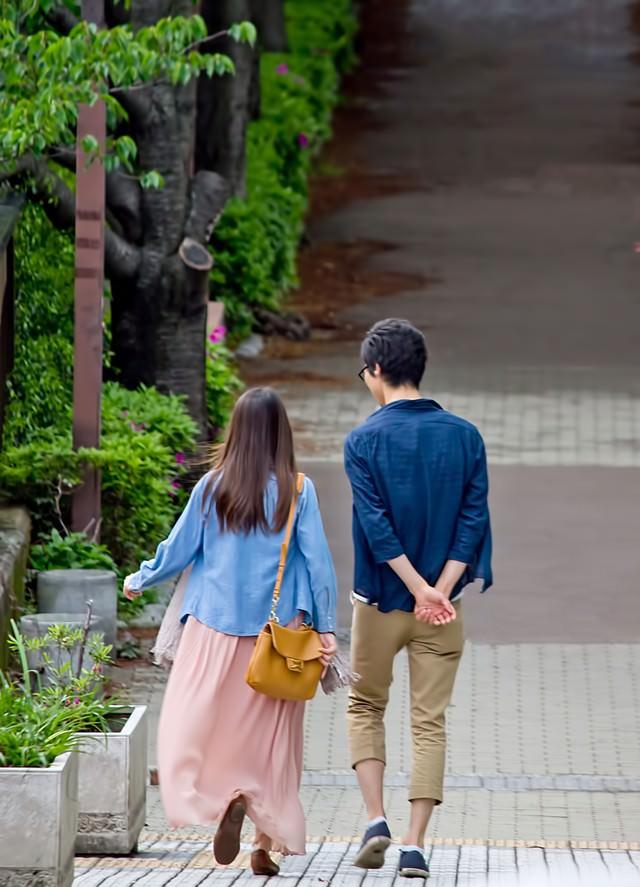 散歩する恋人の写真