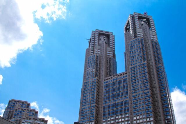 良く晴れた青空と東京都庁の写真