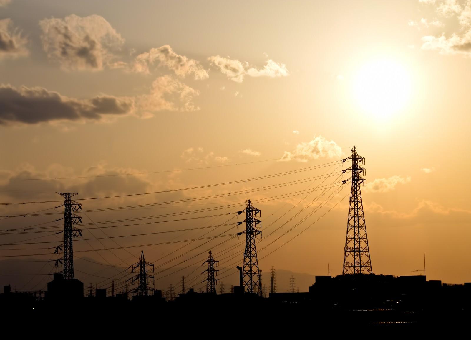 「送電線と夕焼けの光景」の写真