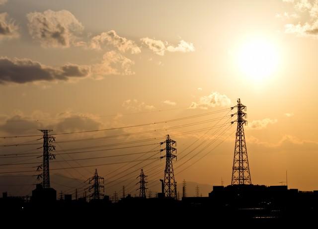 送電線と夕焼けの光景の写真