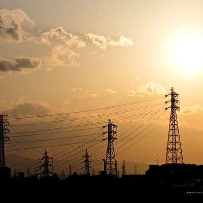 「送電線と夕焼けの光景」の写真素材