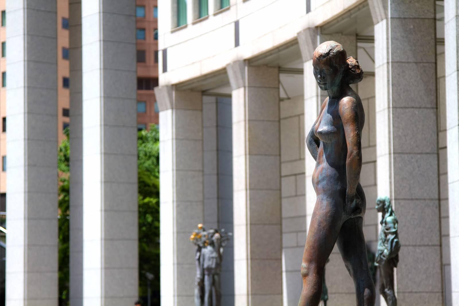 「都庁前にあるブロンズ像」の写真