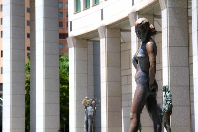 都庁前にあるブロンズ像の写真