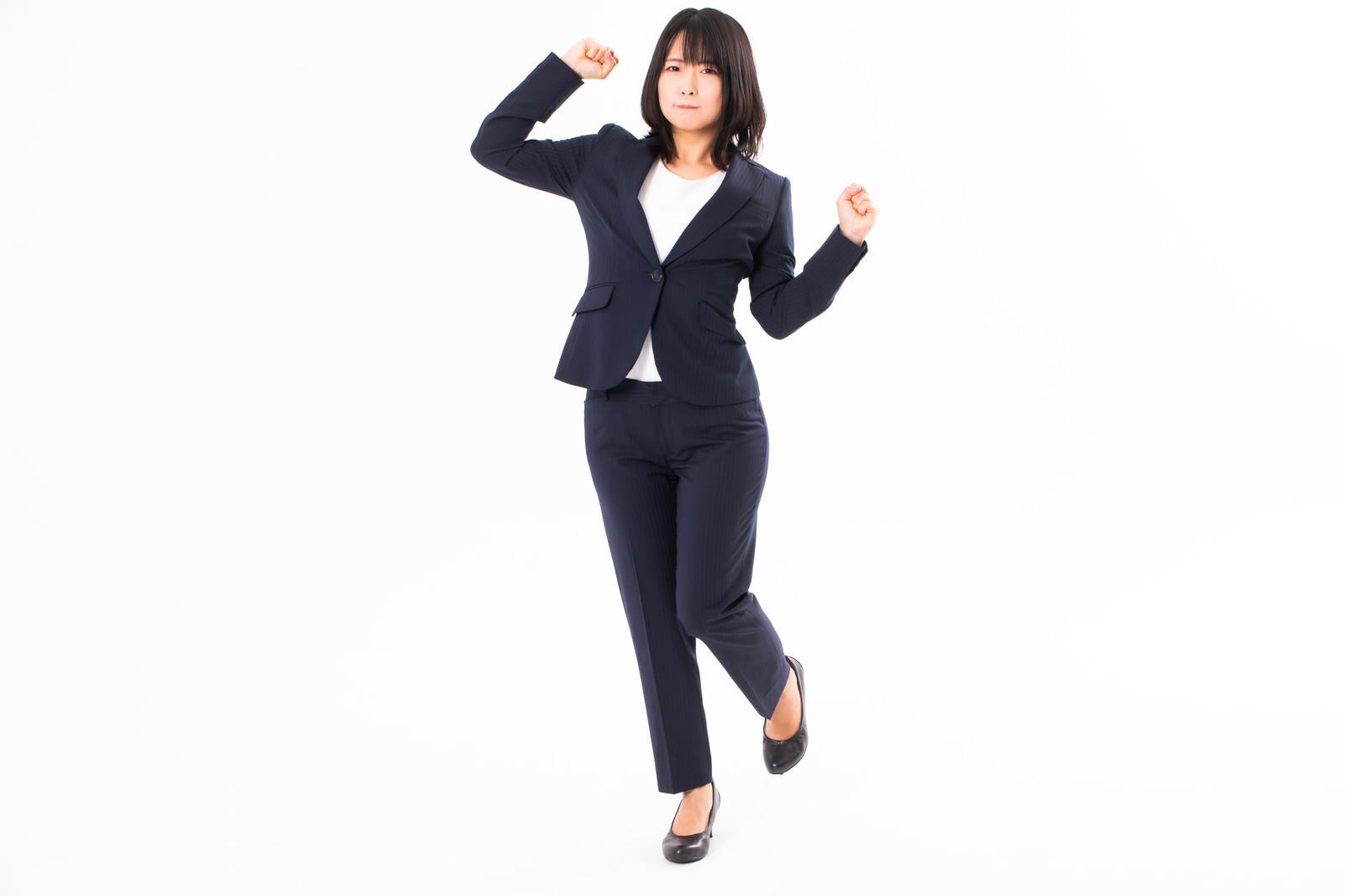 「はぁ~疲れたと立ち上がる女性社員」の写真[モデル:にゃるる]