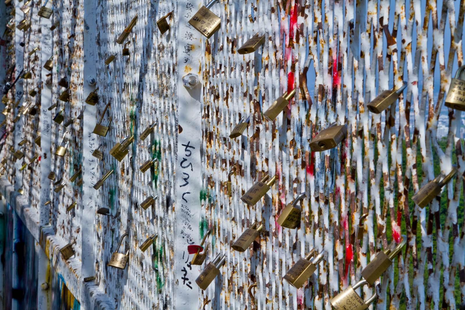 「括り付けられた異様な雰囲気の南京錠」の写真