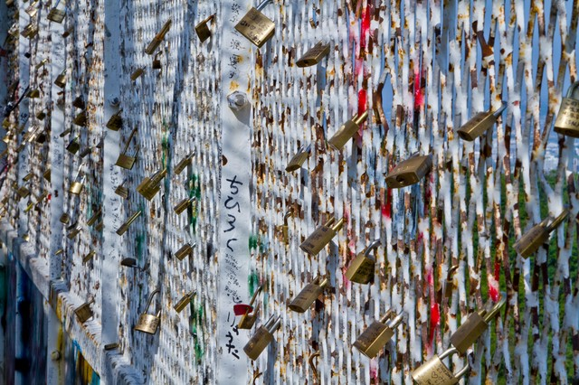 括り付けられた異様な雰囲気の南京錠の写真