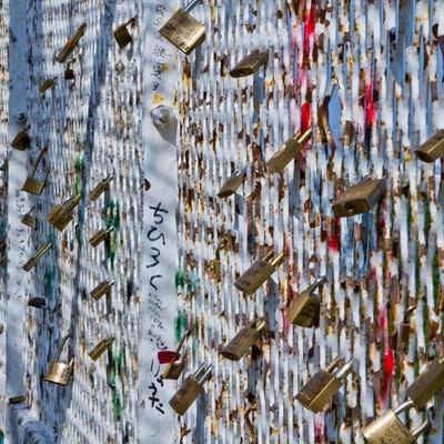 「括り付けられた異様な雰囲気の南京錠」の写真素材