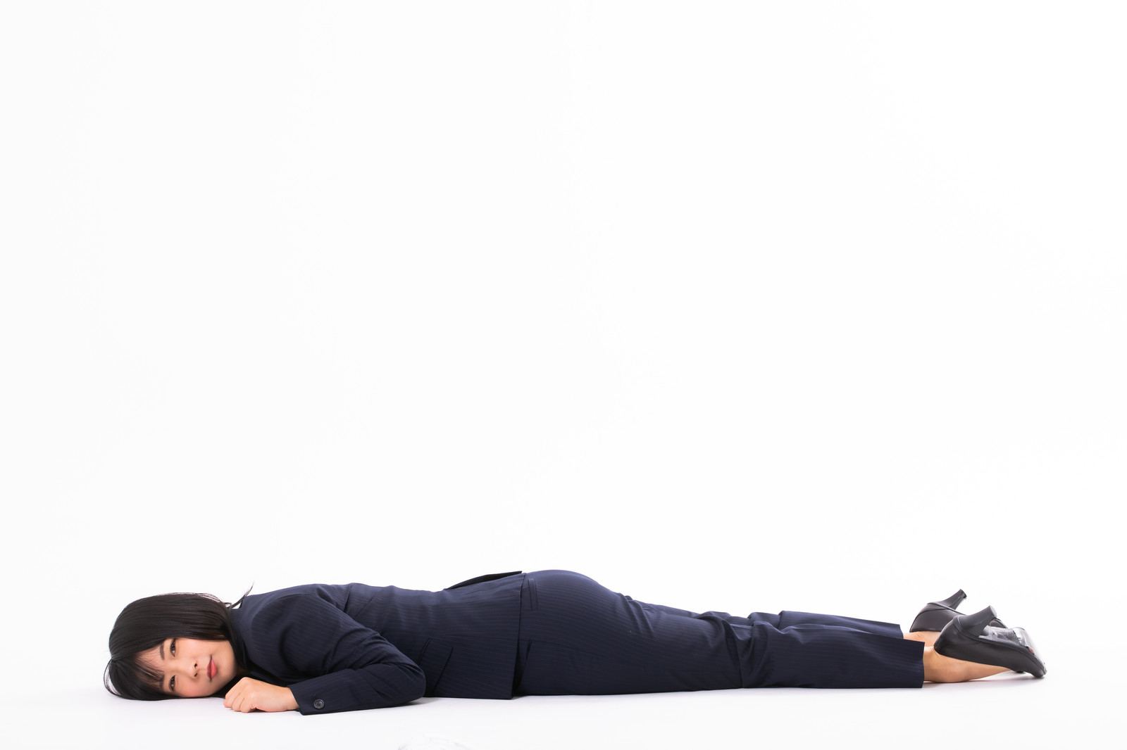 「うつ伏せで横たわる」の写真[モデル:にゃるる]