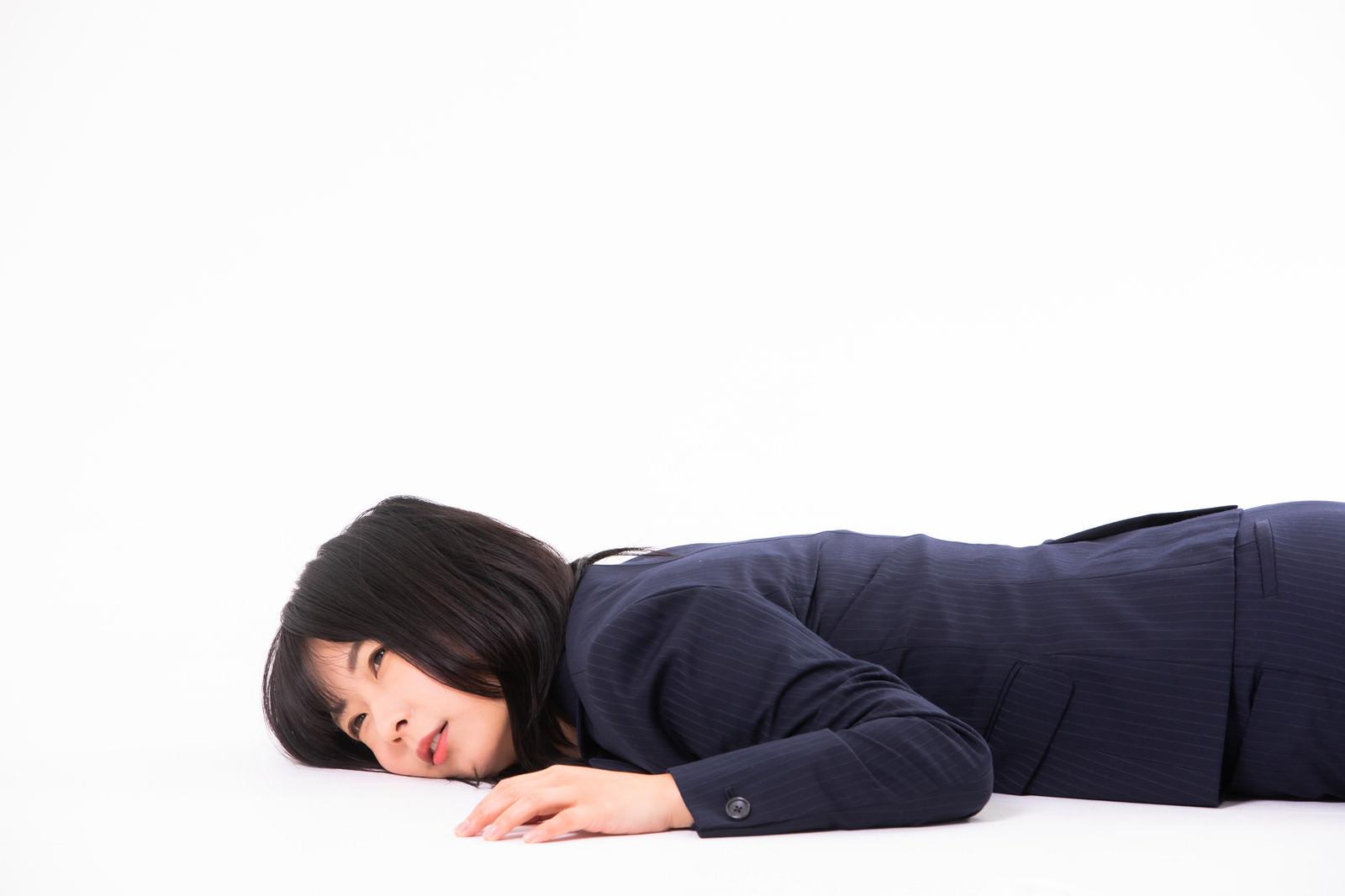 「過労で倒れる女性社員」の写真[モデル:にゃるる]