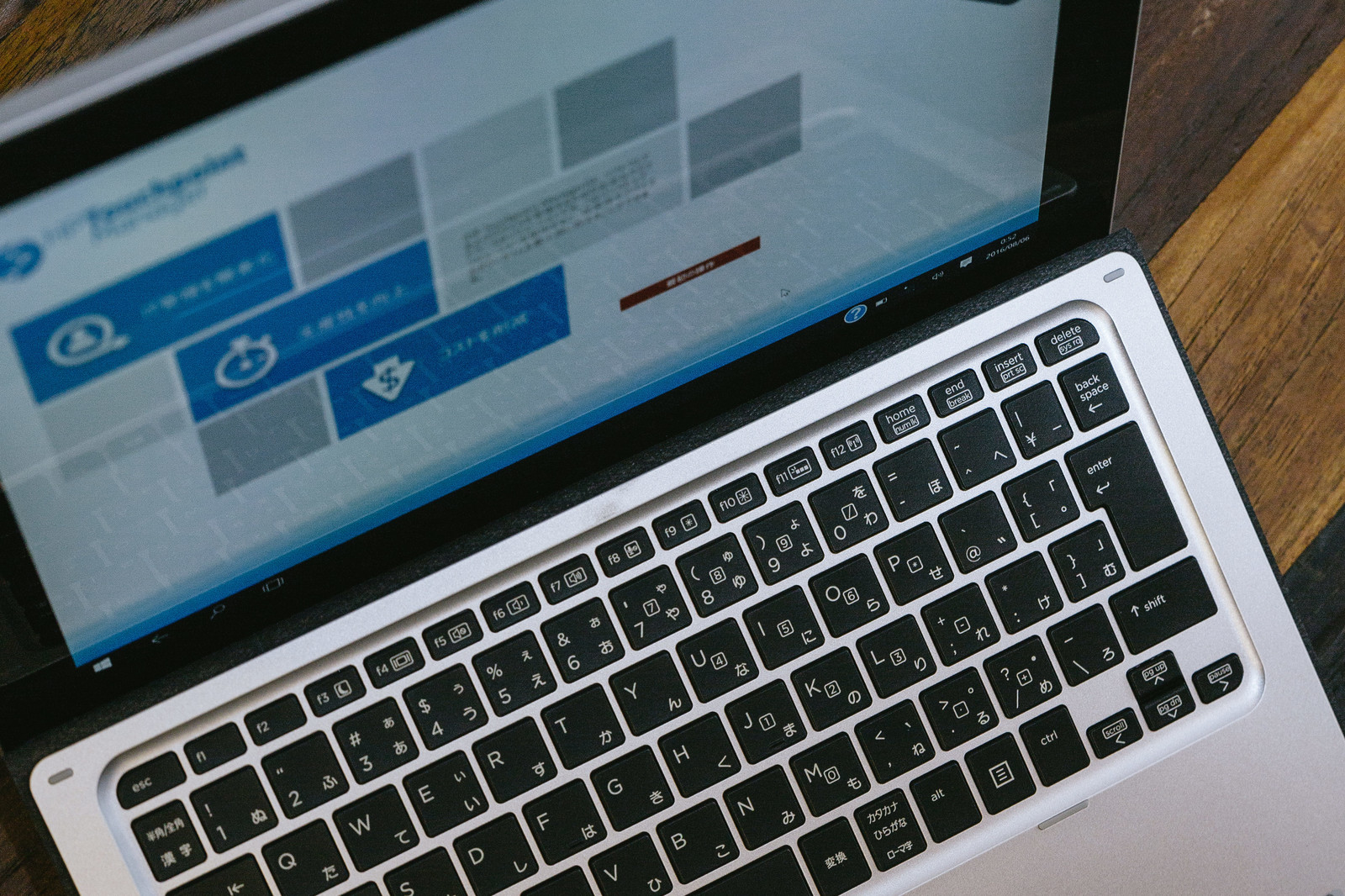 「ノートパソコンで作業中」の写真
