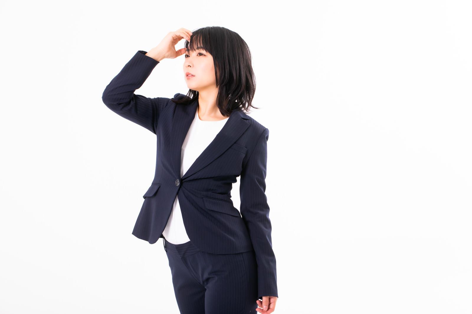 「仕事ができそうなスーツ姿の女性会社員」の写真[モデル:にゃるる]