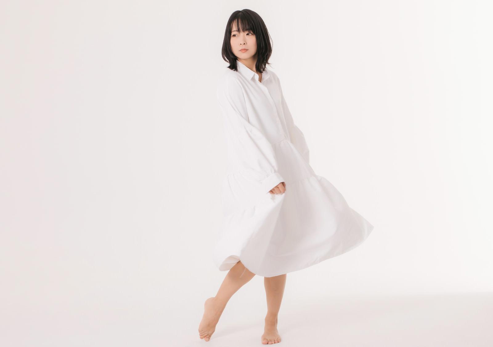 白ワンピを着てファサーのフリー素材