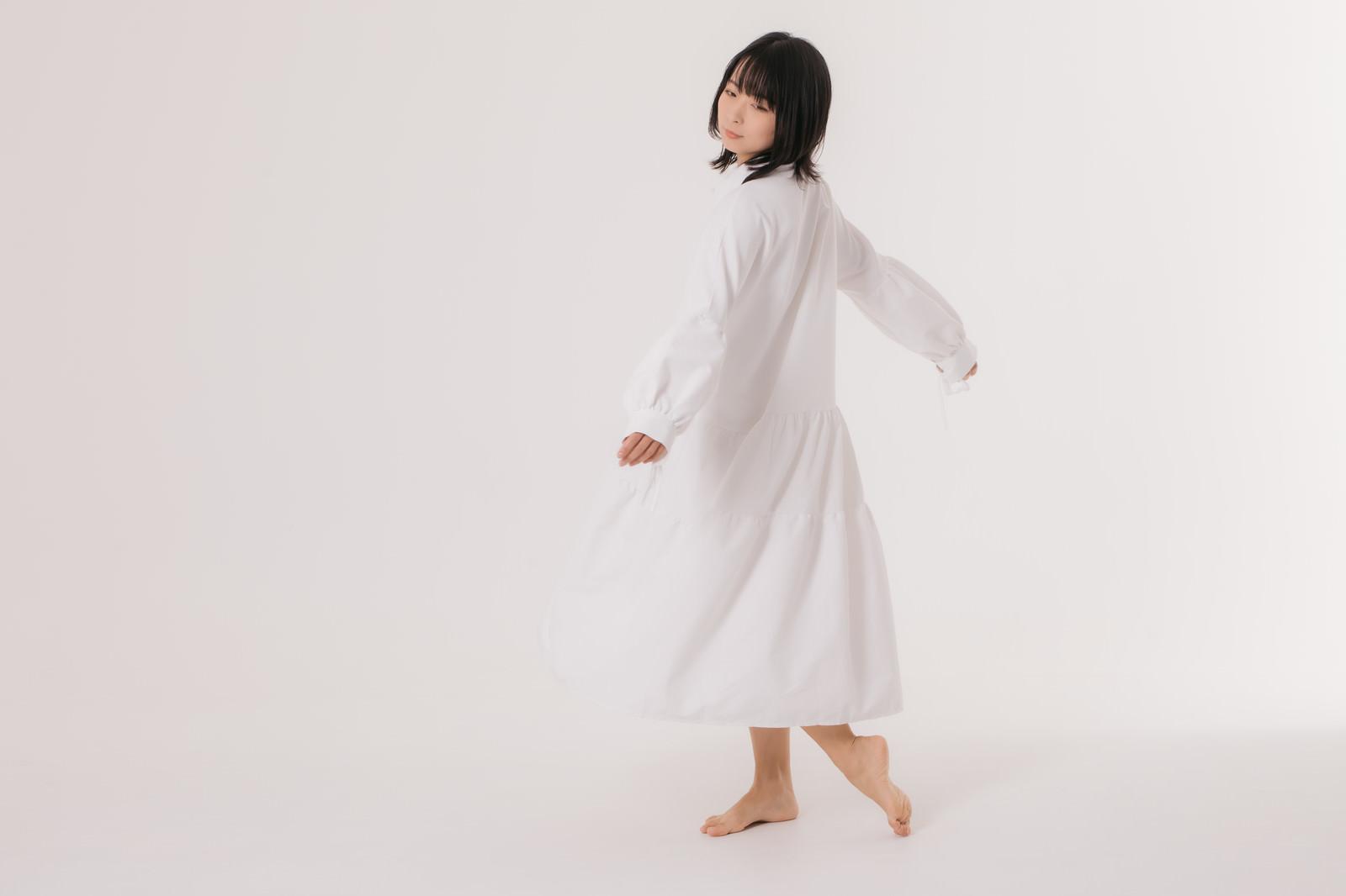 「白いワンピースを着てくるりと回る女性モデル」の写真[モデル:にゃるる]