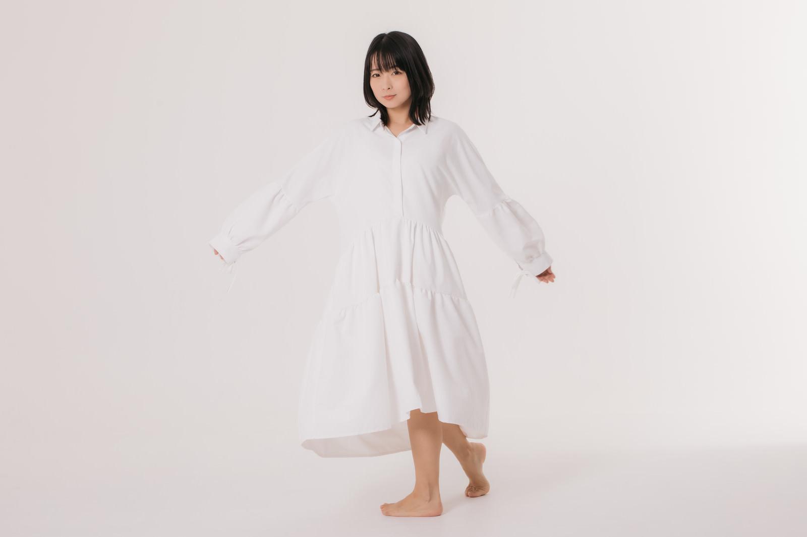 「白いワンピースを試着中の女性モデル」の写真[モデル:にゃるる]