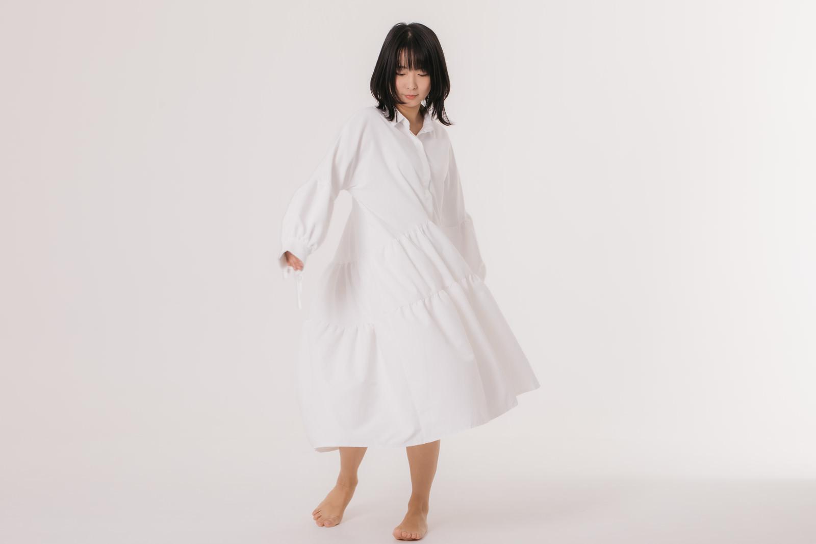 「ワンピースの裾を遊ばせる女性」の写真[モデル:にゃるる]