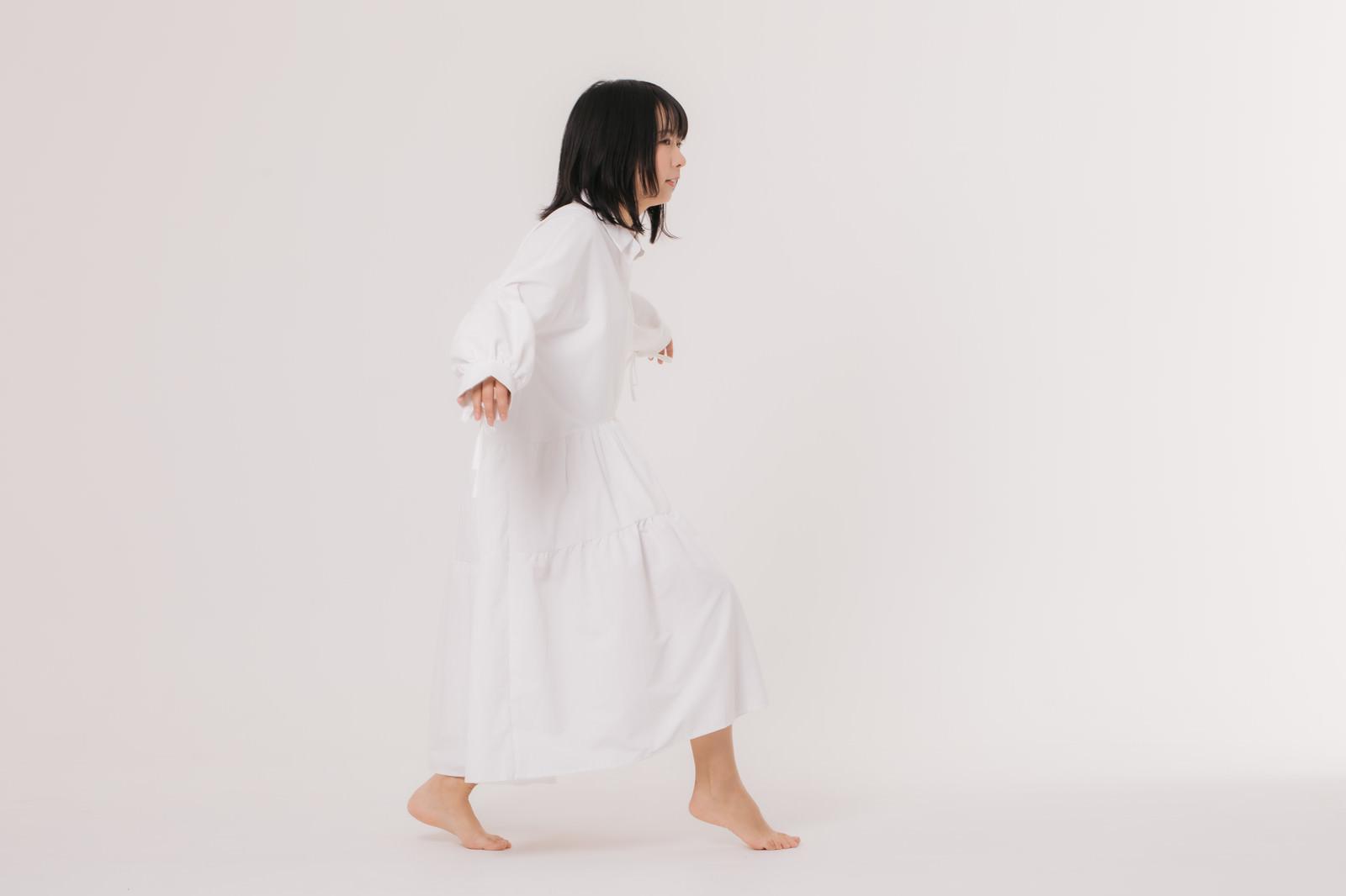 「忍び足で逃げようとする女性」の写真[モデル:にゃるる]